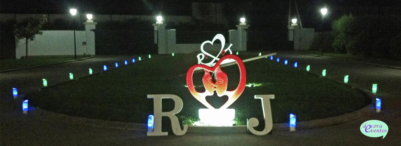 Escultura efímera caras corazón y letras Iniciales Novios-decoraeventos